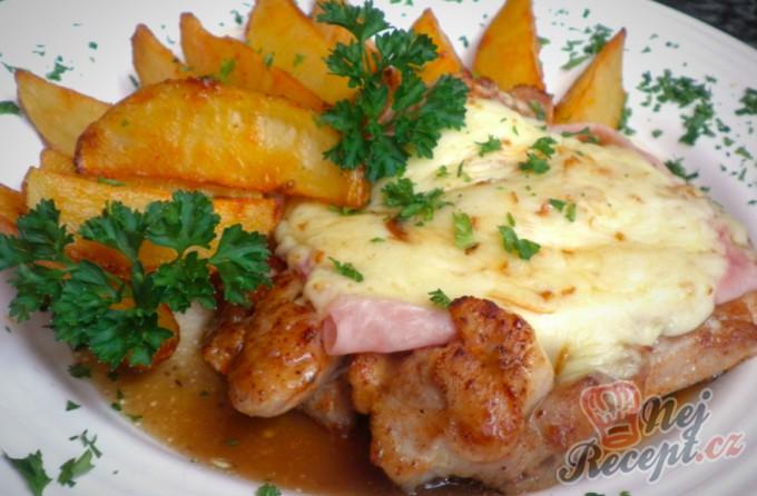 Kuřecí plátek se šunkou a uzeným sýrem a tatarkové brambory