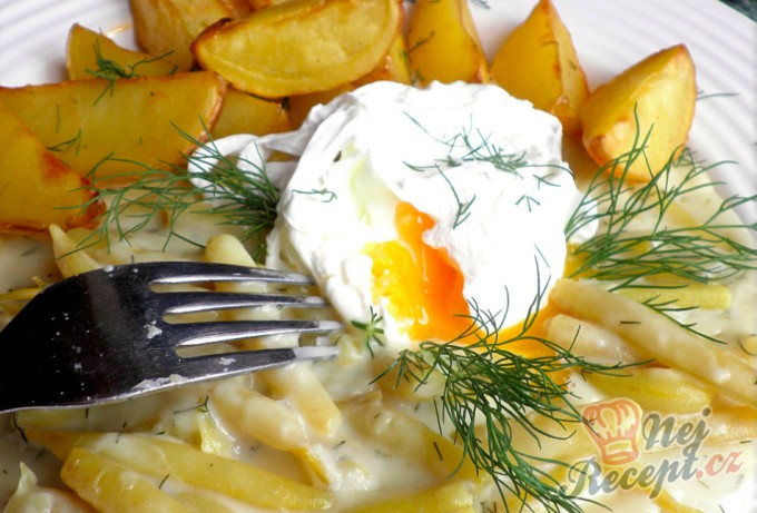 Fazolové lusky na smetaně, tatarkové bramburky a ztracené vejce